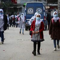 Des élèves palestiniennes affiliées à l'UNRWA des Nations unies portent le masque dans le cadre de la pandémie de coronavirus à Rafah, dans le sud de Gaza, le 25 novembre 2020. (Crédit : Abed Rahim Khatib/Flash90)