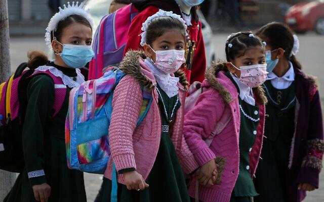 Des petites élèves palestiniennes affiliées à l'UNRWA des Nations unies portent le masque dans le cadre de la pandémie de coronavirus à Rafah, dans le sud de Gaza, le 25 novembre 2020. (Crédit : Abed Rahim Khatib/Flash90)