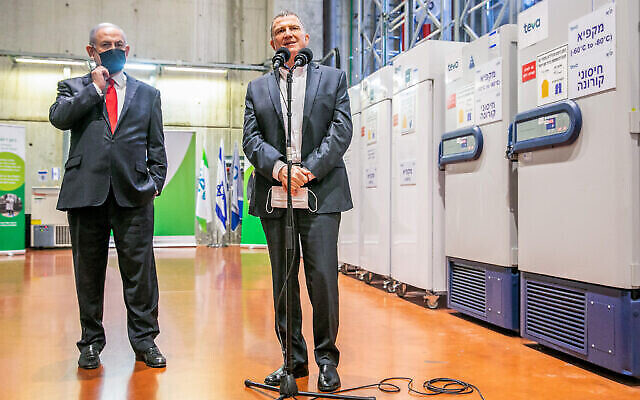 Le Premier ministre Benjamin Netanyahu (G) et le ministre de la Santé Yuli Edelstein visitent le centre logistique de Teva Pharmaceuticals à Shoham, où les vaccins contre le coronavirus doivent être stockés et distribués, le 26 novembre 2020. (Yossi Aloni/Flash90)