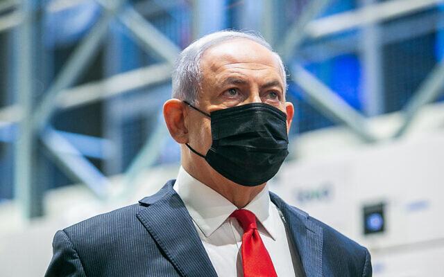 Le Premier ministre Benjamin Netanyahu visite le centre logistique de Teva Pharmaceuticals à Shoham, où seront entreposés et distribués les vaccins contre le coronavirus, le 26 novembre 2020. (Crédit : Yossi Aloni/Flash90)