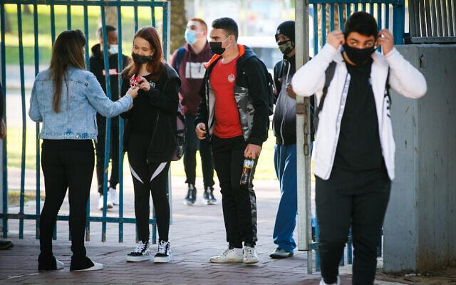 Des lycéens israéliens arrivent dans un lycée d'Ashdod, dans le sud d'Israël, le 29 novembre 2020. (Crédit: Flash90)