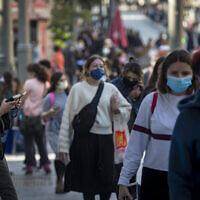 Des personnes portant un masque facial se promènent dans le centre de Jérusalem le 29 novembre 2020, alors qu'Israël sort de son confinement contre le coronavirus et réduit ses restrictions. (Olivier Fitoussi/Flash90)