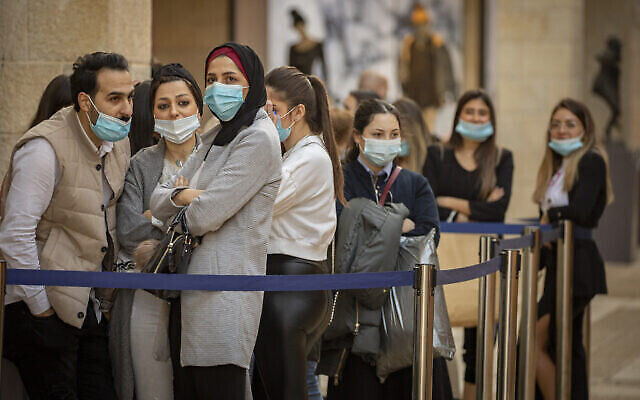 Des Israéliens portant le masque attendent au Mamilla Mall de Jérusalem, le 1er décembre 2020. (Crédit : Olivier Fitoussi/Flash90)