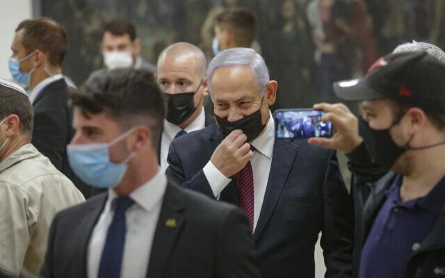 Le Premier ministre israélien Benjamin Netanyahu entre au Parlement israélien lors du vote d'un projet de loi visant à dissoudre le Parlement à la Knesset, le 1er décembre 2020. (Photo d'Alex Kolomoisky/FLASH90/POOL)