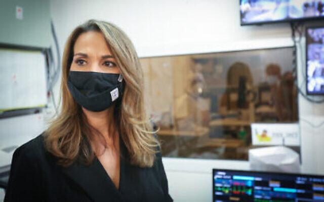 La députée Yifat Shasha-Biton visite le service de coronavirus du centre médical Ziv dans la ville septentrionale de Safed le 3 décembre 2020. (David Cohen / Flash90)