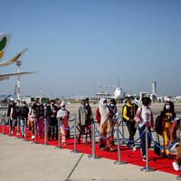 Des membres de la communauté juive éthiopienne arrivent à l'aéroport Ben Gourion, près de Tel-Aviv, le 3 décembre 2020. (Crédit : Miriam Alster/Flash90)