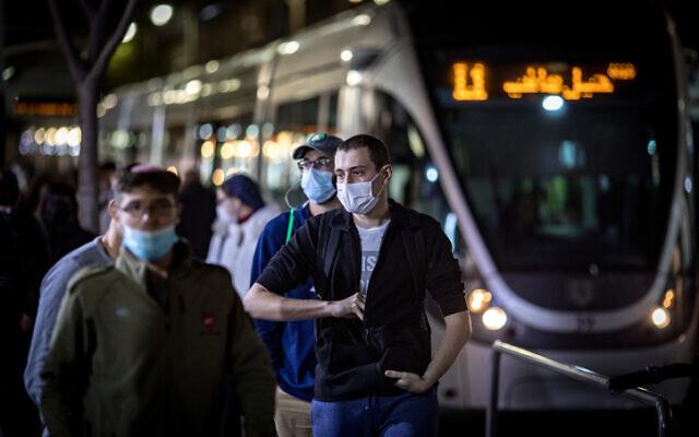 Les habitants de Jérusalem portent le masque dans le centre de la ville, le 3 décembre 2020. (Crédit : Olivier Fitoussi/Flash90)