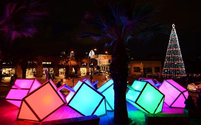 Des dreidels surdimensionnés et éclairés placés à Jaffa pour Hanoukka 2020. (Tomer Neuberg/Flash 90)