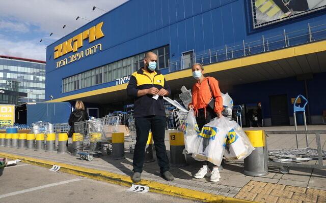 Les Israéliens font leurs courses à IKEA après l'ouverture des magasins de la chaîne d'ameublement suédoise en violation des directives du ministère de la Santé, le 6 décembre 2020. (Crédit : Yossi Aloni/Flash90)