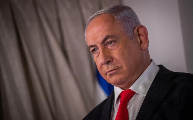 Le Premier ministre israélien Benjamin Netanyahu pendant une conférence de presse au ministère de la Santé de Jérusalem, le 9 décembre 2020. (Crédit : Yonatan Sindel/Flash90)