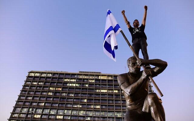 La statue d'un manifestant anti-Netanyahu installée sur la place Rabin de Tel Aviv, le 10 décembre 2020. (Crédit : Tomer Neuberg/Flash90)