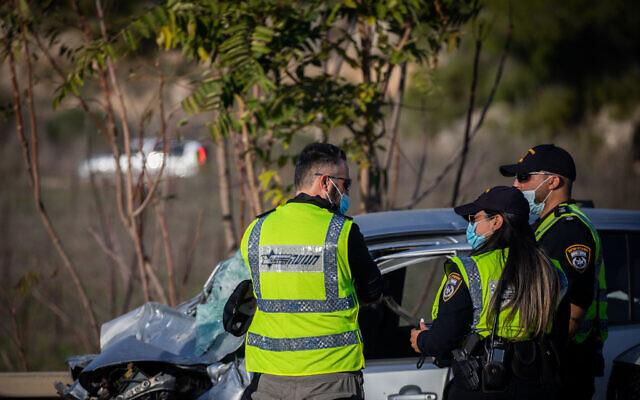 La police et le personnel médical sur les lieux d'un accident de la route entre un camion et une voiture sur la Route 1 où deux enfants sont morts, près de Latrun, le 11 décembre 2020. (Crédit : Yonatan Sindel/Flash90)
