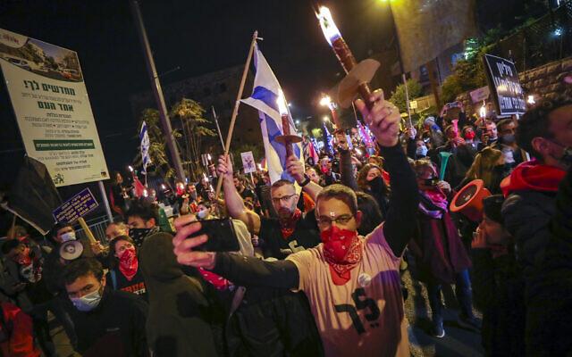 Les manifestants israéliens réclament le départ du Premier ministre Benjamin Netanyahu lors d'une manifestation hebdomadaire à Jérusalem, le 12 décembre 2020. (Crédit :Yonatan Sindel/Flash90)