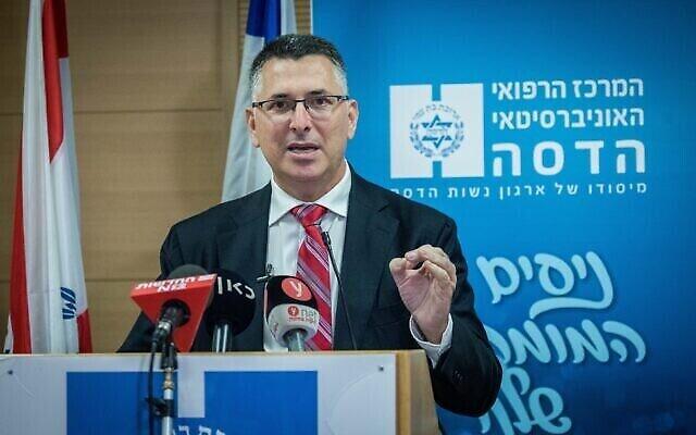 Gideon Saar visite l'hôpital Hadassah Ein Kerem à Jérusalem le 16 décembre 2020. (Crédit : Yonatan Sindel / Flash90)