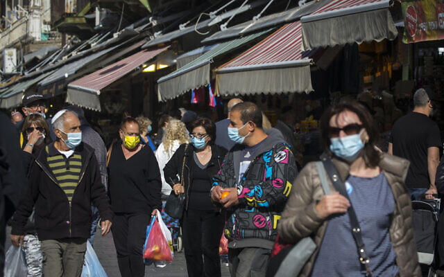 Des habitants de Jérusalem font leurs courses au marché Mahane Yehuda, le 21 décembre 2020. (Crédit : Olivier Fitoussi/Flash90)
