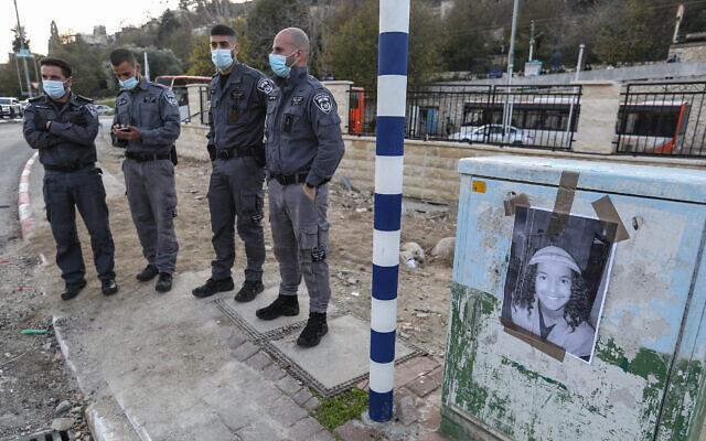"""Des agents de police pendant une manifestation organisée à Safed, dans le nord du pays, suite à la mort d'Ahuvia Sandak, 16 ans, un """"jeune des collines"""" mort dans un accident de voiture en Cisjordanie dans une course-poursuite avec la police, le 22 décembre 2020. (Crédit : David Cohen/Flash90)"""