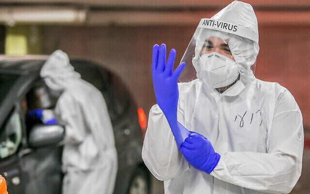 Personnel médical prélevant des échantillons sur des Israéliens pour des tests de coronavirus à Modi'in, le 24 décembre 2020. (Yossi Aloni / Flash90)
