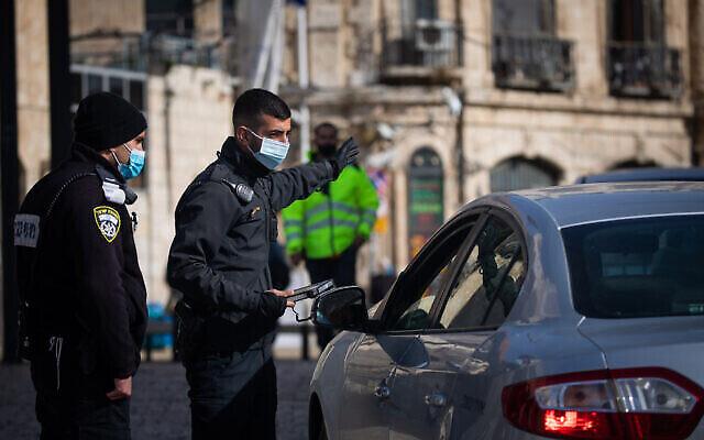 Contrôle de police temporaire dans la vieille ville de Jérusalem le 28 décembre 2020, lors d'un troisième confinement national pour contenir le coronavirus. (Yonatan Sindel / Flash90)