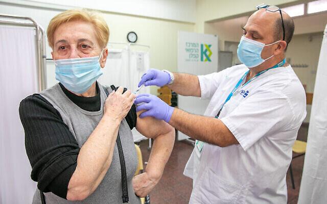 Une femme reçoit un vaccin COVID-19 dans un centre de vaccination Clalit à Rehovot le 29 décembre 2020. (Crédit : Yossi Aloni / Flash90)