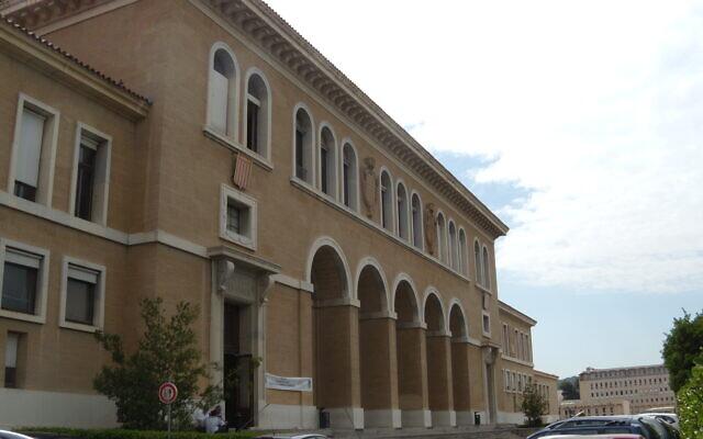 Le siège de lafaculté de droitde l'Université d'Aix-Marseille sur le campus d'Aix-en-Provence. (Crédit : Superbenjamin / CC BY-SA 3.0)