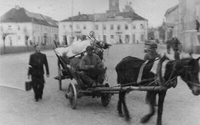 Un homme entre dans le ghetto de Radom, avec l'aide d'un charretier polonais. (Autorisation :  Łukasz Biedka)