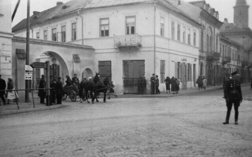 """L'entrée principale du ghetto de Radom. A droite, un officier de la police """"bleue"""" polonaise régissant la circulation. (Autorisation : Łukasz Biedka)"""