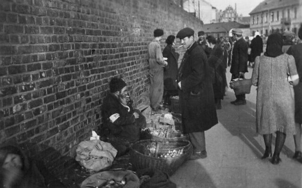 Le marché en plein air dans la rue Walowa, dans le ghetto de Radom, entre avril 1941 et août 1942. (Autorisation : Łukasz Biedka)