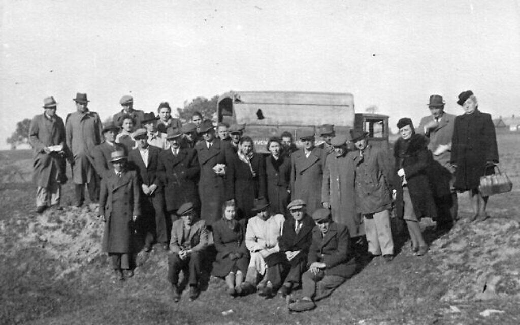 Des survivants visitent le cimetière juif de Radom à la fin de l'été ou à l'automne de 1945. (Autorisation : Barbara Fundowicz-Towarek)