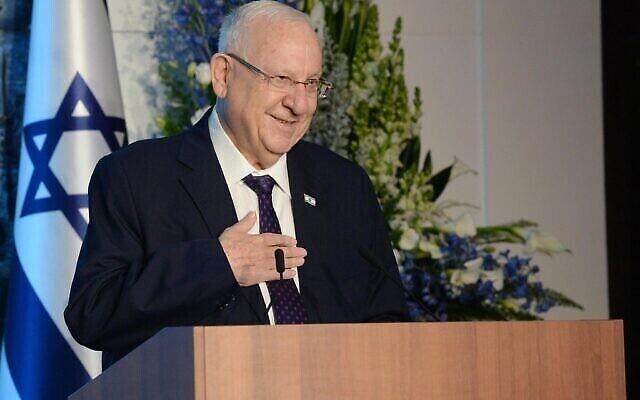 Le président Reuven Rivlin remet le Prix Genesis 2020 à sa résidence présidentielle à Jérusalem, le 24 décembre 2020. (Mark Neyman / GPO)