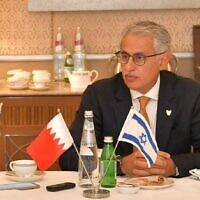 Le ministre de l'Industrie, du Commerce et du Tourisme du Bahreïn, Zayed R.Alzayani, discute avec des journalistes israéliens à Jérusalem, le 3 décembre 2020. (Autorisation Bahrain NCC)