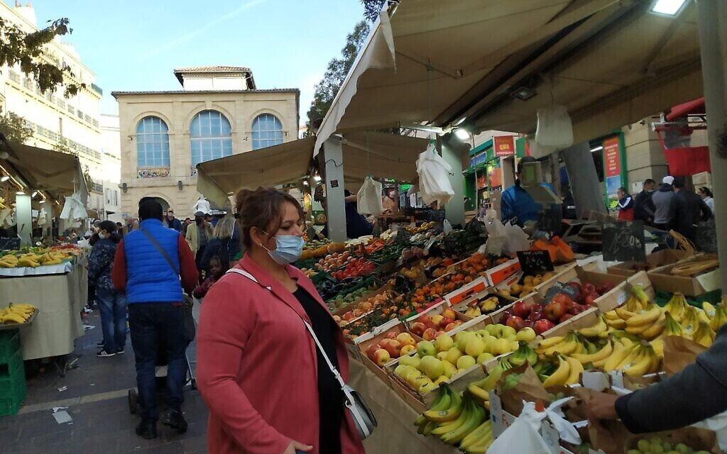 Noailles est un pôle d'immigrants venus du Moyen-Orient et d'Afrique à Marseille. En son centre, un bazar en plein air avec des étals similaires à ceux des souks israéliens. Octobre 2020. (Crédit : Yaakov Schwartz/ Times of Israel)