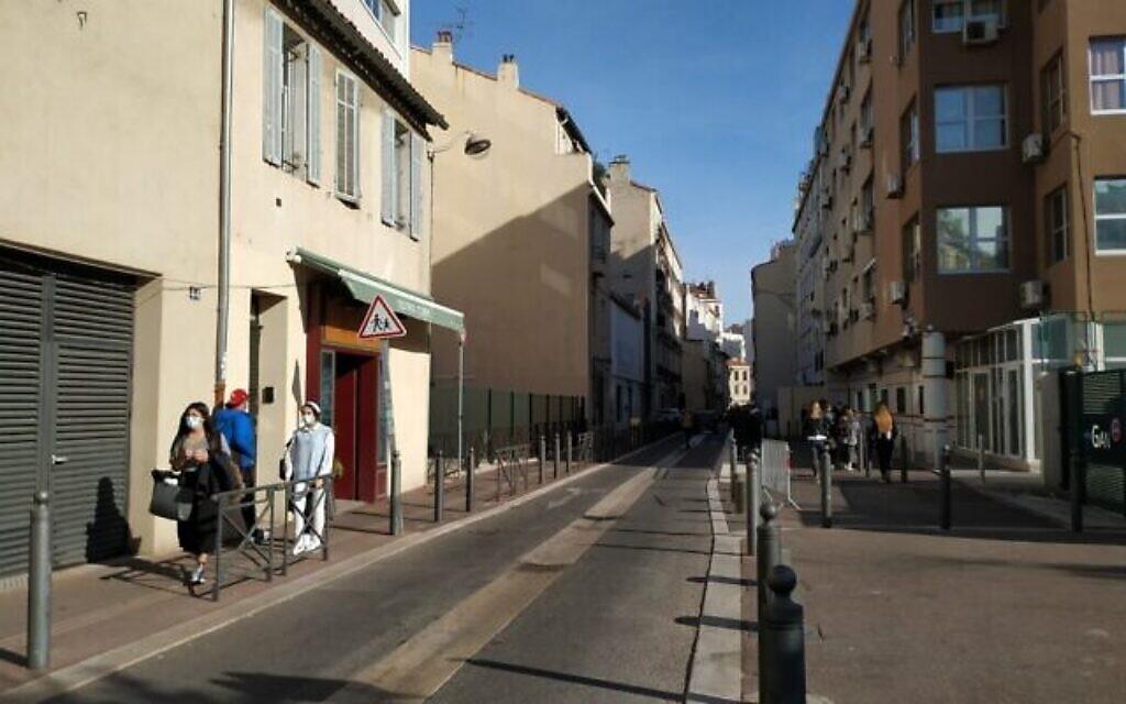 La Rue Saint-Suffren est un centre du commerce juif à Marseille. Elle peut être animée ou presque vide selon le moment. Octobre 2020. (Crédit : Yaakov Schwartz/ Times of Israel)