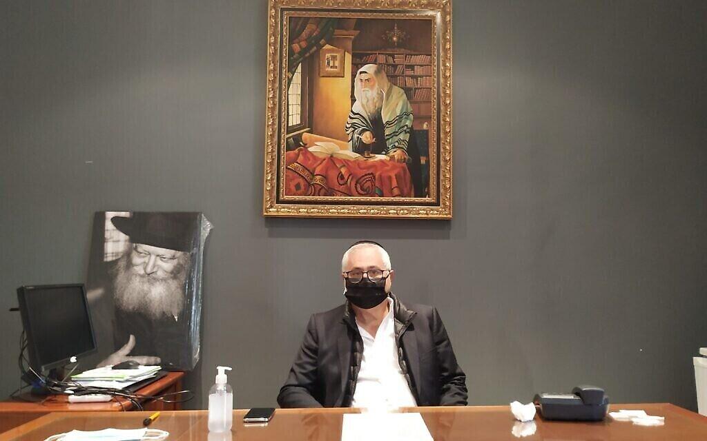Le président de la communauté juive de Marseille  Michel Cohen Tenoudji dans son bureau à la Grande synagogue, le21 octobre 2020. (Crédit : Yaakov Schwartz/ Times of Israel)