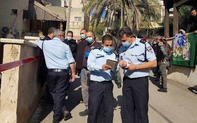 La police enquête sur une fusillade à Reineh, dans le nord du pays, le 2 décembre 2020. (Crédit : Police israélienne)