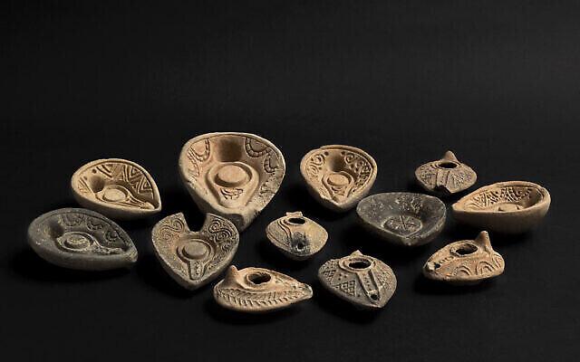 Des moules de lampes à huile de l'ère islamique (du milieu du 7è siècle au 11è siècle après l'ère commune) découvertes lors de fouilles à Tibériade pendant l'été 2020 et exposés au musée d'Israël, à Jérusalem, en décembre 2020. (Crédit : Ofrit Rosenberg/©The Israel Museum Jerusalem)