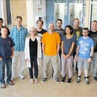 Les chercheurs du partenariat SENSEI, avec le Prof. Volanski au centre, en T-shirt orange. (Crédit : Université de Tel Aviv)