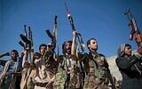 Des combattants loyaux aux rebelles houthis lors d'un rassemblement en soutien aux négociations de paix en cours qui avaient eu lieu en Suède, une photo prise à Sanaa, au Yémen, le 13 décembre 2018. (Crédit : AP Photo/Hani Mohammed)