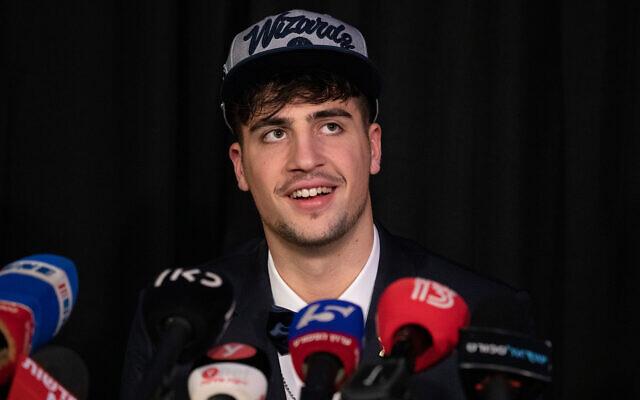 Deni Avdija s'adresse aux médias après sa sélection par les Washington Wizards de la NBA dans le projet 2020 de la NBA à Tel-Aviv, Israël, le 19 novembre 2020. (Crédit : AP Photo/Ariel Schalit)