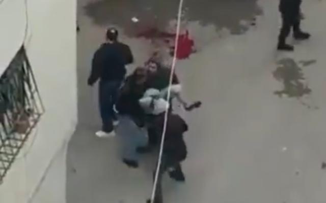 Des Palestiniens pendant des affrontements avec les forces israéliennes à Qalandiya, en Cisjordanie, le 7 décembre 2020. (Capture d'écran : Twitter)