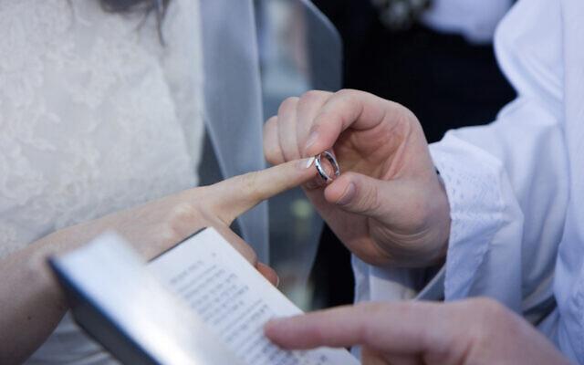 Illustration : Un couple juif se marie. (Justin Oberman/Creative Commons)