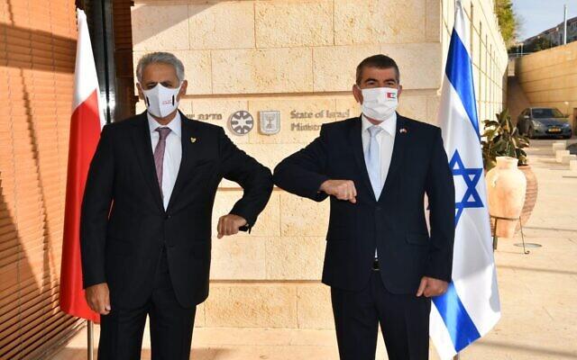 Le ministre des Affaires étrangères Gabi Ashkenazi, (à droite), salue le ministre bahreïni de l'Industrie, du Commerce et du Tourisme Zayed R. Alzayani à Jérusalem, le 2 décembre 2020. (Shlomi Amsalem/GPO)