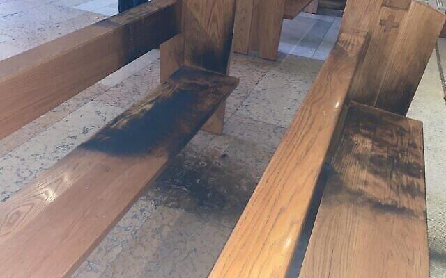 Des bancs brûlés dans l'Église de Toutes-les-Nations à Jérusalem-Est, où un incendie criminel aurait eu lieu ce vendredi 4 décembre 2020. (Autorisation : police israélienne)