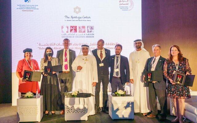Des représentants du Heritage Center for Middle East and North Africa Jewry basé à Jérusalem et du Crossroads of Civilizations Museum à Dubaï après la signature d'un protocole d'accord sur la coopération, le 6 décembre 2020 (Crédit : Heritage Center)