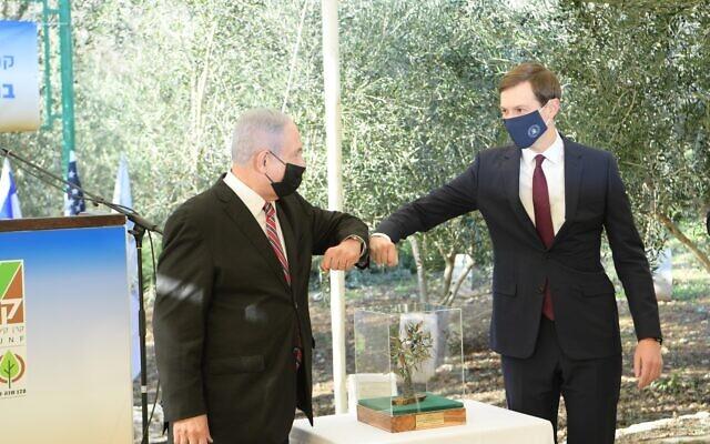 Le Premier ministre Benjamin Netanyahu (à gauche) et le conseiller principal de la Maison Blanche Jared Kushner après avoir planté un olivier dans la Grove of Nations à Jérusalem, le 21 décembre 2020. (Amos Ben Gershom/ GPO)