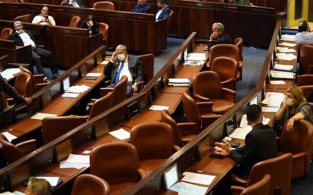 Les députés votent contre un projet de loi reportant l'échéance de l'adoption du budget, le 22 décembre 2020. (Crédit : Danny Shem Tov/ Porte-parole de la Knesset)