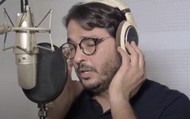 """Le chanteur tunisien Noomane Chaari interprète """"Peace Between Neighbors"""". (Capture d'écran vidéo)"""