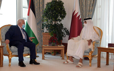 Le président de l'Autorité palestinienne rencontre l'émir du Qatar Tamim bin Hamad Al Thani, le 15 décembre 2020. (Crédit :  WAFA)