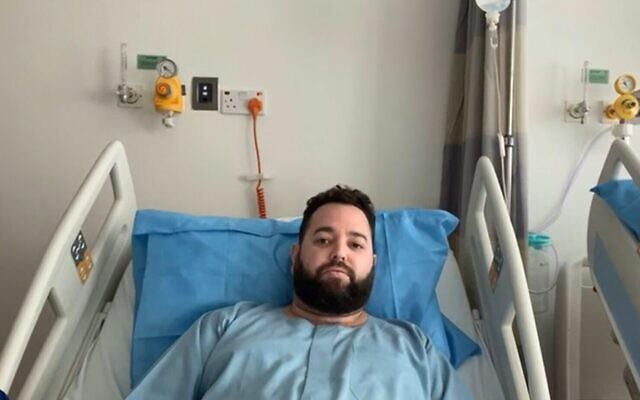Capture d'écran d'une vidéo de Liran Landau, un touriste israélien blessé dans un accident de voiture à Dubaï, alors qu'il est interviewé par la Douzième chaîne, le 13 décembre 2020. (Capture d'écran)