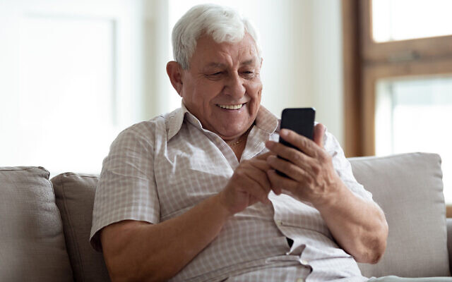 Une image illustrative d'un homme parlant avec un smartphone. (fizkes, iStock par Getty Images)