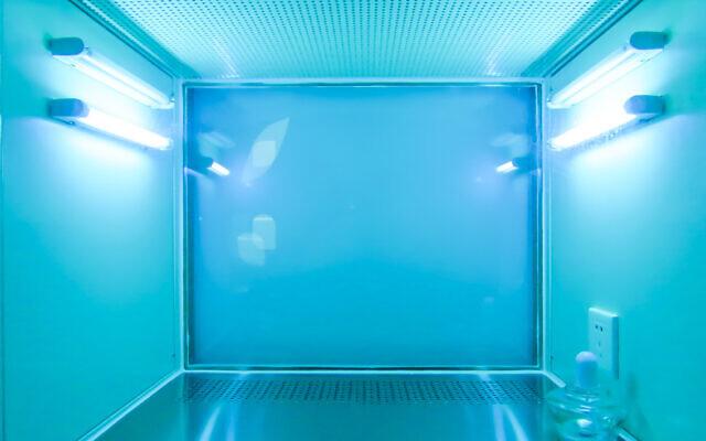 La technologie de désinfection aux ultra-violets utilisée pour nettoyer un laboratoire. (Crédit : LeafenLin via iStock by Getty Images)